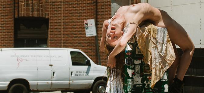 """Banner para Fotógrafo registra mulheres """"fudendo"""" com Nova Iorque"""